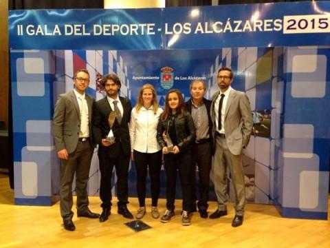 Juan Ros, con el staff de Nuevo Nivel y dos de las alumnas nominadas: Alba y Sara